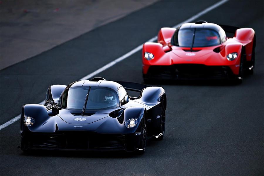 Max Verstappen Alex Albon Test Aston Martin Valkyrie